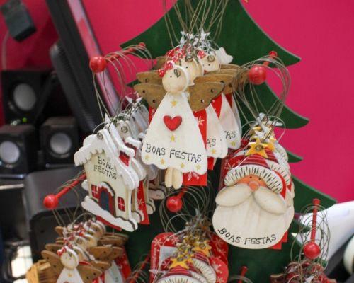 Enfeites para Árvore de Natal em forma de Anjo, Pai Natal e Casinha de Natal com a mensagem de Boas Festas