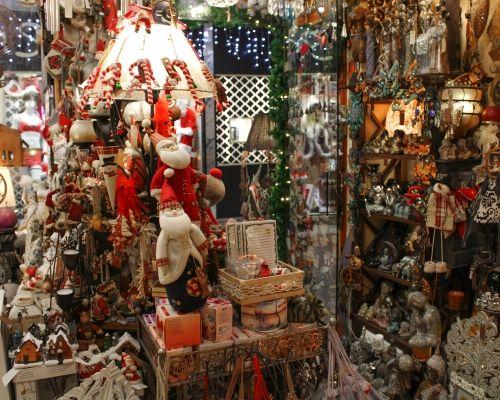 Decorações natalícias numa loja do shopping center massamá