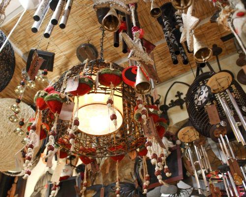 Tecto de um loja de decoração com peças natalícias penduradas